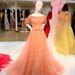 Csipkerózsika gyöngyökkel díszített pasztell rózsaszín Elie Saab ruhájára is lehetett licitálni tegnap a Christie'sben.