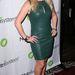 Melissa Joan Hart szőke hajához jól passzolt a fenyőzöld ruha és a halványrózsaszín magassarkú cipő.