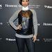 A bőr bármilyen anyaggal kombinálva menő idén. Alicia Keys egy pulóverrel próbálkozott be.