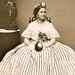 Mary Todd Lincoln szerette az európai nemesek stílusát lemásolni, és bár kis termetű nő volt, bátran vett fel hosszú, terebélyes szoknyákat és extravagáns kiegészítőket.