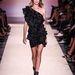 A modellen a ruha is és a lábbeli is fekete volt.