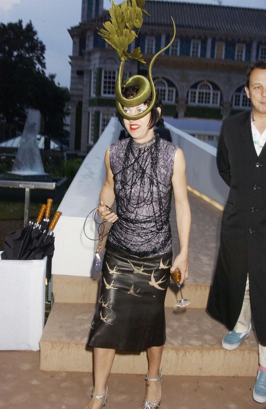 Pinkietessa, és Treacy mellett a másik ismert brit kalapos, Stephen Jones pózol a kiállítás-megnyitón.