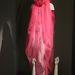 A rózsaszín, Jun Takahashi által tervezett siffon burka Blow gyűjteményének részét képezte.