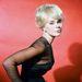 Elke Sommer német színésznő 1960-as évek közepén pózolt vörös háttér előtt ebben a ruhában. Ekkor már a szűk ujj volt a divat.