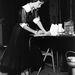 Elizabeth Taylor mezítláb, áttesző ujjú ruhában készít jegyzeteket egy stúdióban 1950 szeptemberében.
