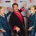 David Hasselhoff szerint még mindig a kigombolt rózsaszín ingtől lesz macsó. (mellette a  Jedward a 2012-es MTV EMA-n)