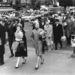 Egyformán öltözött nők és kalapos férfiak Manhattanban is.