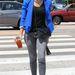 Jessica Albáról tudjuk, hogy hétköznapokon is stílusosan öltözik, ő a vibráló kék árnyalatot választotta.