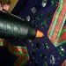 Ragasztópisztollyal rögzítse a kristályos díszeket. Keverje a színeket és a formákat, legyen jó zsúfolt!