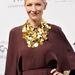 A pelerines vállmegoldású, hosszú ruhát egy gyönyörű, antik aranyláncok ihlette Hervé Van der Straeten nyakékkel dobta fel Blanchett.