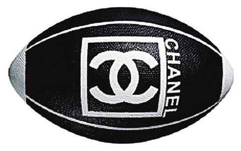 Az ütőkért, a labdáért és a steppelt táskáért  130.637 forintot kérnek az üzletben.