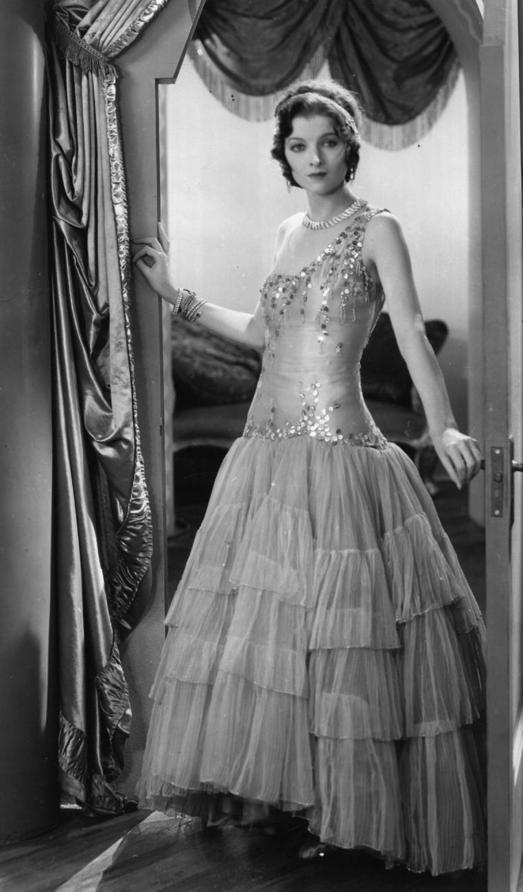 Grace Jones így lépett fel Philip Treacy őszi/téli kollekciójának bemutatóján 1999 februárjában.