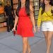 Kim Kardashian 2011. augusztus 30-án húgával, Kourtney Kardashiannel vonult designerszettben organikus-élelmiszer boltba New Yorkban.