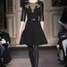 Adamik Luca a párizsi divathéten mutatja be  Andrew Gn fekete ruháját.