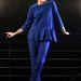 Blanchett egy fotóspróbál kékben pózol.