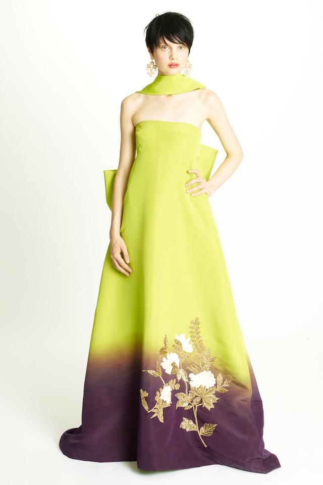Az arannyal megfestett ruha is boka felett végződik.