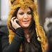 Khloe Kardashian vicces, fülekkel felturbózott műszőr sapkában sétál New Yorkban.