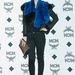Yoon So-Y színésznő kék műszőrrel kombinált dzsekiben egy szöuli divateseményen.