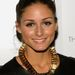 Olivia Palermo vastag aranyfuksszal kombinálta bőr felsőjét.
