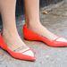 A lapos talpú, vidám színű cipők sem voltak cikik idén, ismét Zosia Mamet a képen.