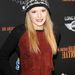 Bella Thorne tyúklábmintás kötött sapkában egy vörös szőnyeges eseményen Los Angelesben.
