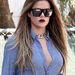 A vastag arany nyaklánc és arcot eltakaró szemüveg is menőnek számított a hírességek körében. Khloe Kardashian már csak tudja.