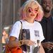 Színes táska, tükrös napszemüveg és pink végű haj Rita Orán.