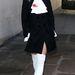 Rita Ora fehér combcsizmában sétál Londonban.