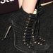 Bakancsszerű, fűzős magassarkúban is sok hírességek pózolt 2013-ban. (A képen Bella Thorne lába)