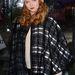 Lily Cole modell szerint is menő a kötött sapka és a pelerin.