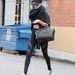 Rosie Huntington-Whiteley szerint menő a bőr baseball-sapka designer táskával és edzőcuccal.