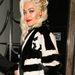 Rita Ora arany fejdíszben Londonban.