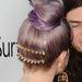 Kelly Osbourne lila hajjal és szegecses csattal az AMFAR gálán.