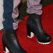 De divatba jöttek a bumfordi, bakancs-szerű magassarkúk is. Bella Thorne egy ilyenben jelent meg egy hollywoodi fesztiválon.