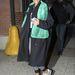 Rihanna baseball-sapkában és a szezon másik kedvencével, színes műszőr sállal.