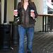 Jennifer Garner sem a legelőnyösebb farmernadrágjában ugrott le kávéért.