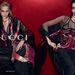 Újonc modellek a Gucci fekete-bordó színeket kapott hirdetésében.