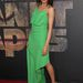 Freida Pinto zöld ruhájához lila ajkakat, nude cipőt és kócos hajat választott.