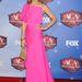 Sheryl Crow a rózsaszínt választotta, amelyhez sárgás arany platformcipőt és kis szőttes táskát párosított. Jaj!