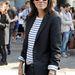 Emanuelle Alt a francia Vogue főszerkesztője tengerész mintás felsőben és blézerben.