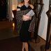 Carla Bruni Sárközy egy sállal és egy boríték táskával dobta fel kis fekete ruháját.