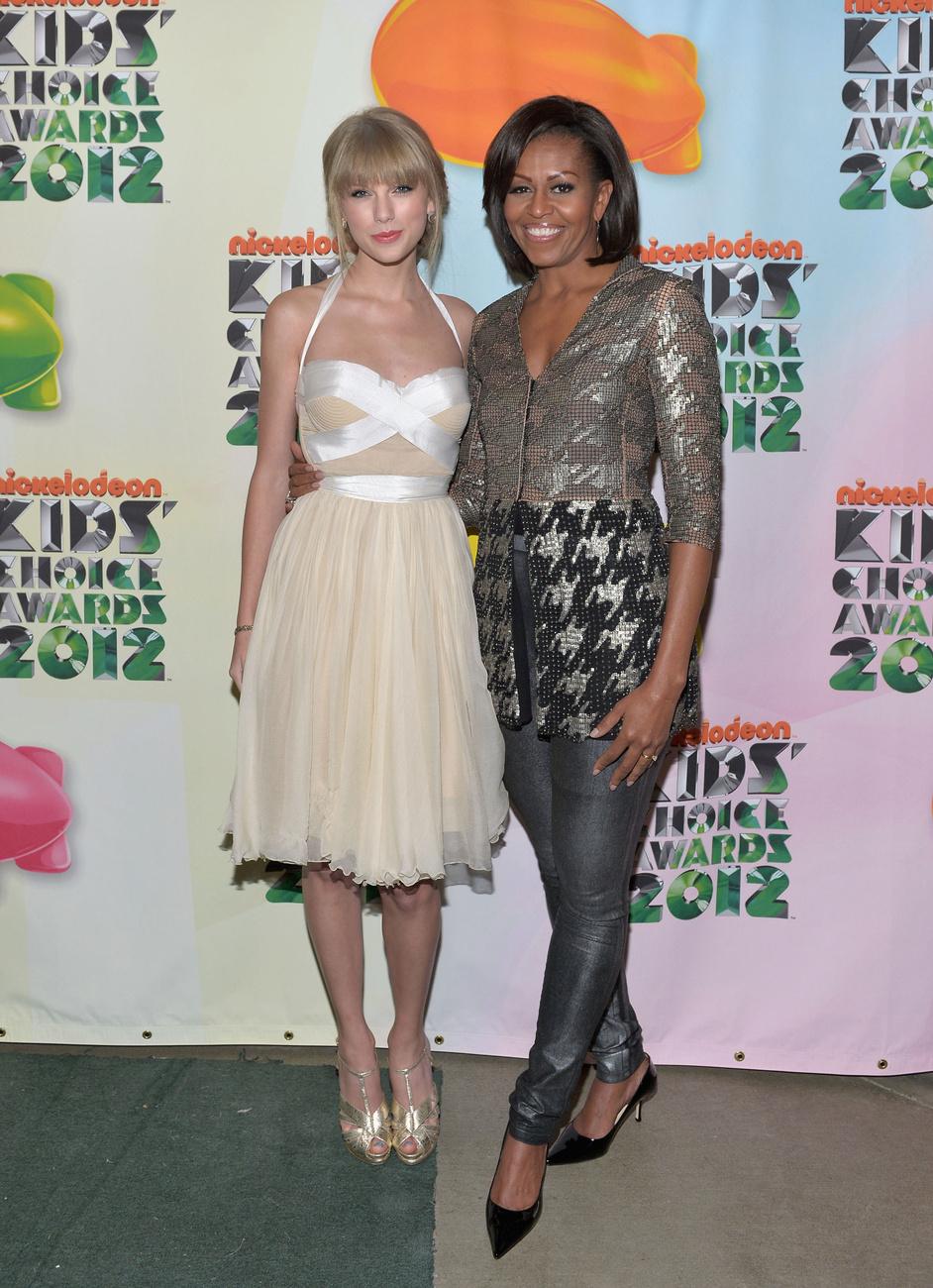 Celeblányokkal is szívesen mosolyog egy kép erejéig. Itt éppen Taylor Swifttel látható a Nickelodeon díjkiosztó gáláján.
