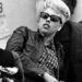 A Hells Angel's egyik tagjának barátnője napszemüvegben pihen.