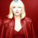 Debbie Harry, a Blondie frontasszonya vörösben.