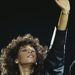 Whitney Houston bőrdzsekiben adott koncertet, meg is izzadt egy kicsit.