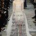 Hangjegyes fehér tüllruhával nyitotta meg bemutatóját a Valentino.
