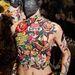 A kilencvenes éveket idéző tetoválás a csíkos nadrággal a kollekció egyik legerősebb darabja.