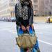 Noelani Zervas Miu Miu cipőben mutatja, hogyan legyen divatos a hidegebb napokon.