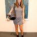 Julie Heller egy Phillip Lim ruhához és egy Givenchy táska mellé vette fel az edzőcipőt.