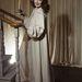 Nagyon idilli: földig érő, krémszínű selyemruhában készülődik a lefekvéshez az negyvenes évek lánya.